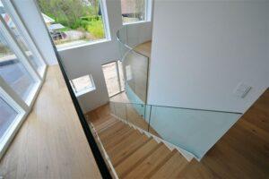 Trappe med glasværn i bolig