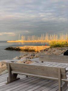 Terrasse med udsigt til Vadbæk havn